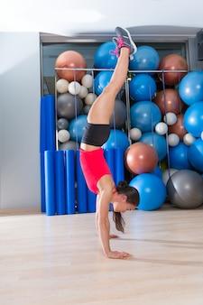 Handstand vrouwentraining bij gymnastiek en zwitserse ballen