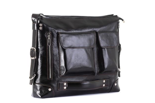 Handtas gemaakt van echt leer close-up op een wit oppervlak