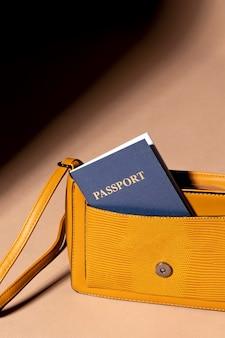 Handtas met paspoort