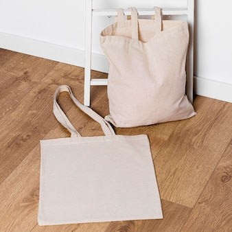 Handtassen met hoge hoek op de vloer