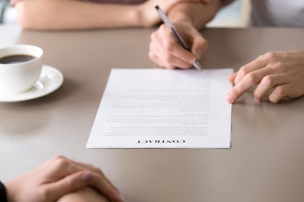 Handtekening op contract, gezinshypotheek, ziekteverzekering, leningsovereenkomst