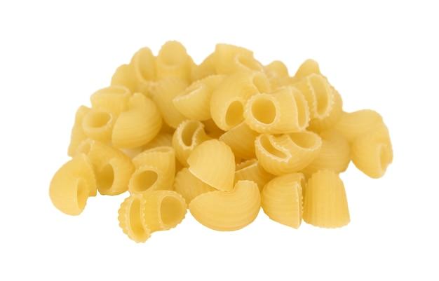 Handvol macaroni close-up geïsoleerd op wit oppervlak