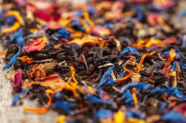 Handvol natuurlijke thee op een wodden oppervlak