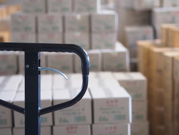 Handvorkheftruckpallet met doos in een groot pakhuis