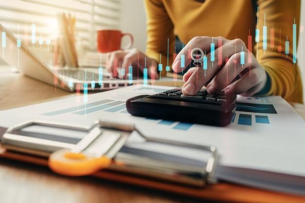 Handvrouwen die financiën doen en op bureaubelasting berekenen op kantoor aan huis.