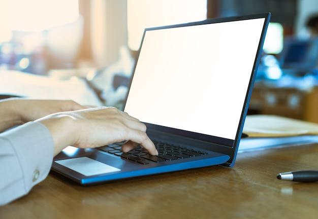 Handvrouwen die op toetsenbordlaptop typen