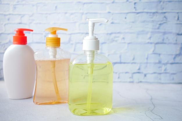 Handwasvloeistof in een container op tafel