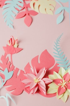 Handwerk creatieve decoratieve bloemenlijst gemaakt van papieren bloemen en bladeren