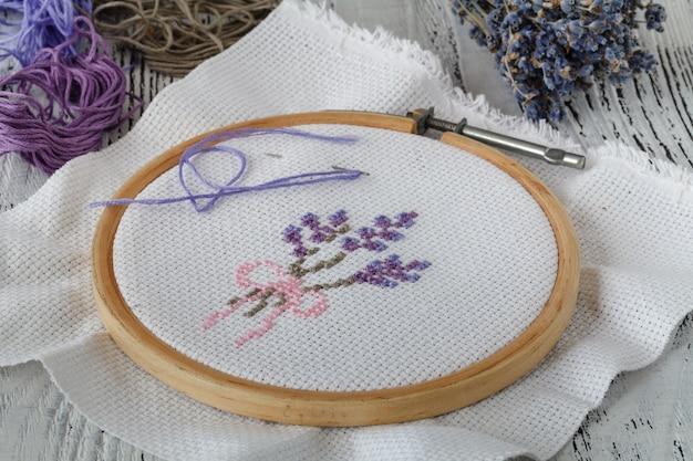 Handwerk.garen en draad voor het met de hand borduren op stof op houten oppervlak