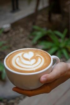 Handwerk van warme melk koffiekopje