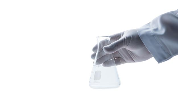 Handwetenschapper die rubberen handschoenen draagt en houdt erlenmeyer-kolf geïsoleerd, chemisch laboratoriumglaswerk en wetenschapsconcept