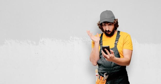 Handyman-arbeider met een slimme telefoon