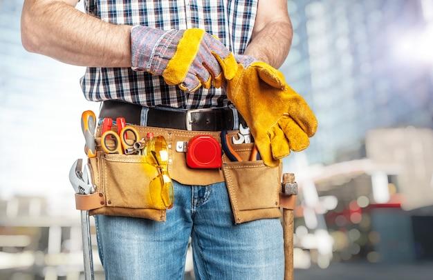 Handyman die handschoenen draagt
