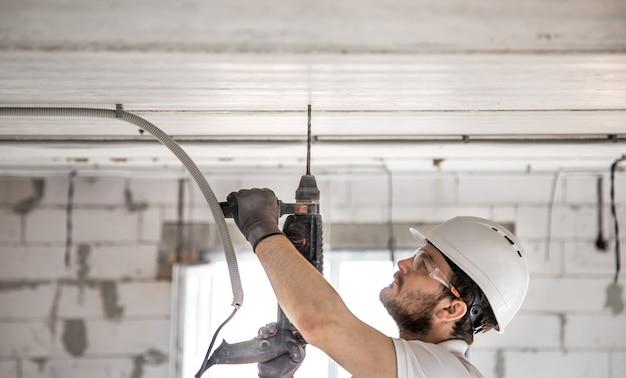 Handyman gebruikt jackhammer voor installatie