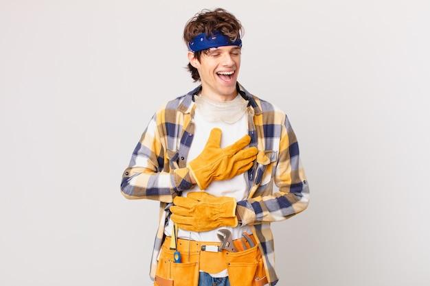 Handyman-huishoudster die hardop lacht om een hilarische grap