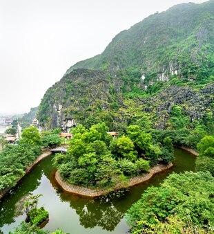 Hang mua-uitkijkpunt in trang een natuurgebied in de buurt van ninh binh, vietnam