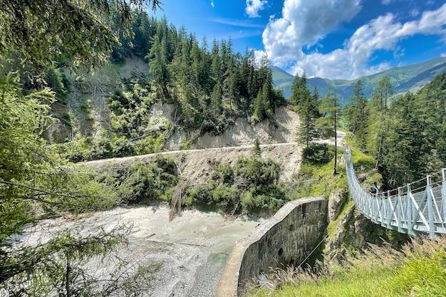 Hangbrug tussen de bomen in de alpenbergen in kals am grossglockner in oostenrijk