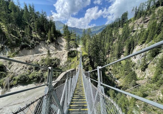 Hangbrug tussen de bomen in de alpenbergen in kals am grossglockner