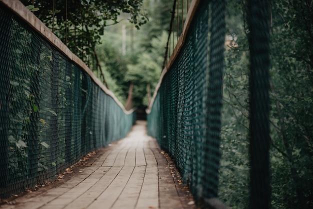 Hangende brug over de rivier. weg naar de bergen