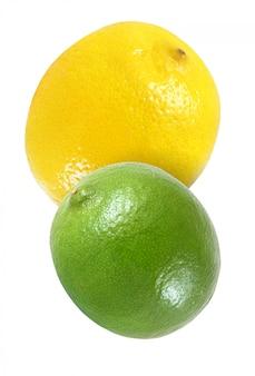 Hangende, dalende, vliegende die citroen en kalkvruchten op witte achtergrond met het knippen van weg worden geïsoleerd