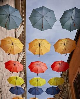 Hangende gekleurde paraplu's