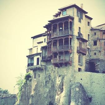 Hangende huizen (casas colgadas) in cuenca, castilla la mancha, spanje. gefilterde afbeelding in retrostijl