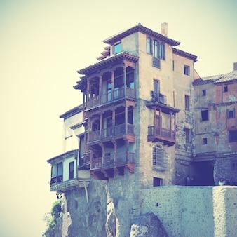 Hangende huizen in cuenca, spanje. gefilterde afbeelding in retrostijl