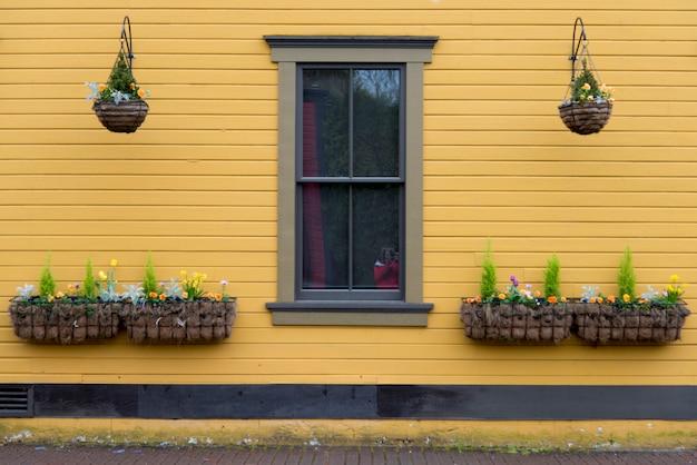 Hangende manden op de buitenmuur van een huis, snoqualmie, de staat van washington, de vs