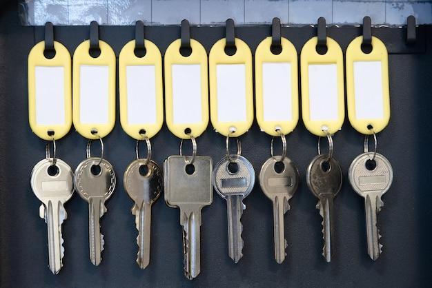 Hangende sleutels in metalen kast voor het beheer en bewaren van veiligheidskantoren of huishoudsleutels
