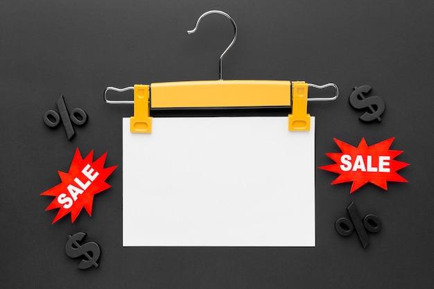 Hanger met verkoop label cyber maandag concept kopie ruimte