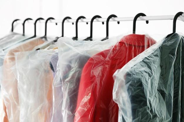 Hangers met schone kleren in wasgoed