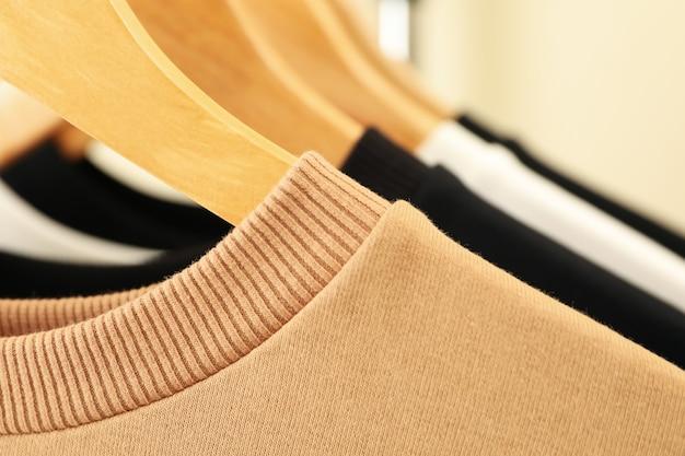 Hangers met stijlvolle sweatshirts