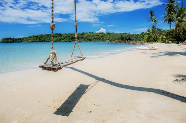 Hangmat op boom op zee.