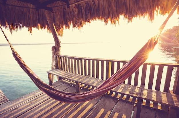 Hangmat op het meer bij zonsondergang
