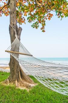 Hangmat op het strand zee