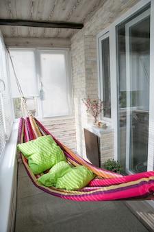 Hangmat opknoping op het balkon in het huis