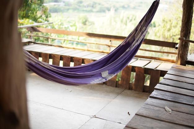 Hangmat wieg om te relaxen op terras bij tuin. gezellige levensstijl thuis