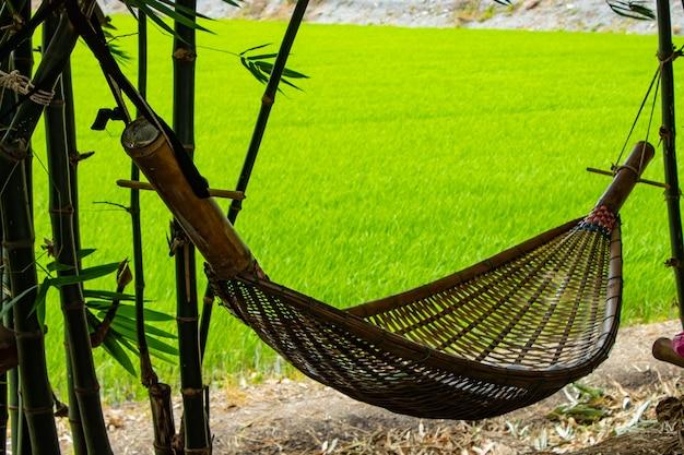 Hangmatschommel gemaakt van bamboe in de tuin.