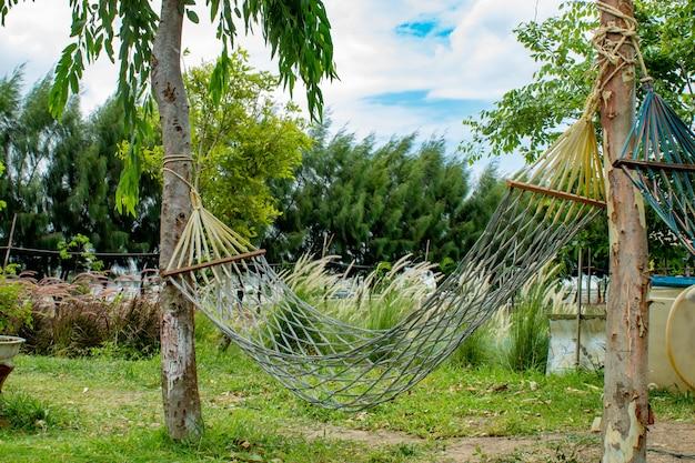 Hangmatschommel gemaakt van stof in de tuin. Premium Foto