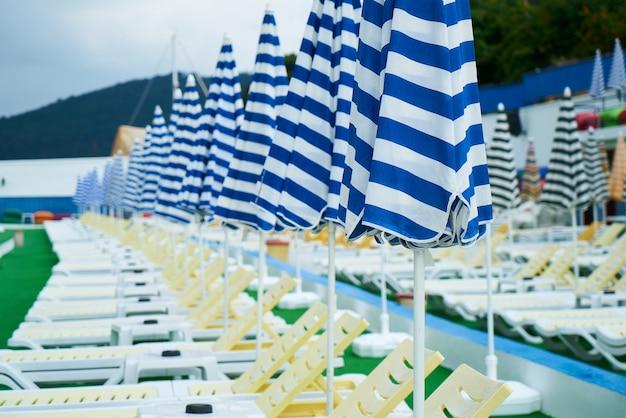 Hangmatten met parasols gesloten op een rij