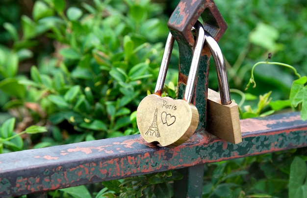 Hangslot en hart als symbool van liefde met tekst over liefde in parijs