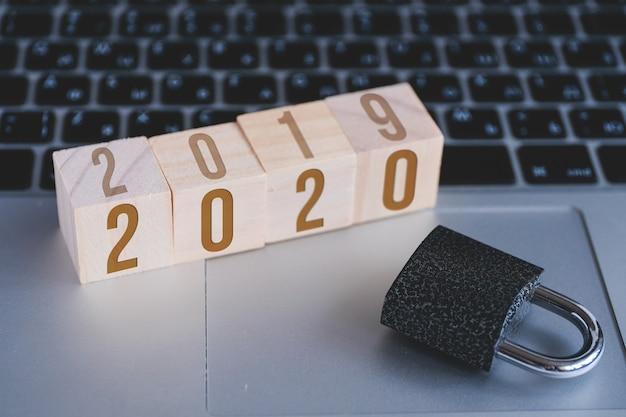Hangslot en kubussen met getallen nieuwjaar