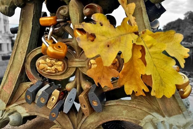 Hangsloten in de herfst aan de brug bevestigd