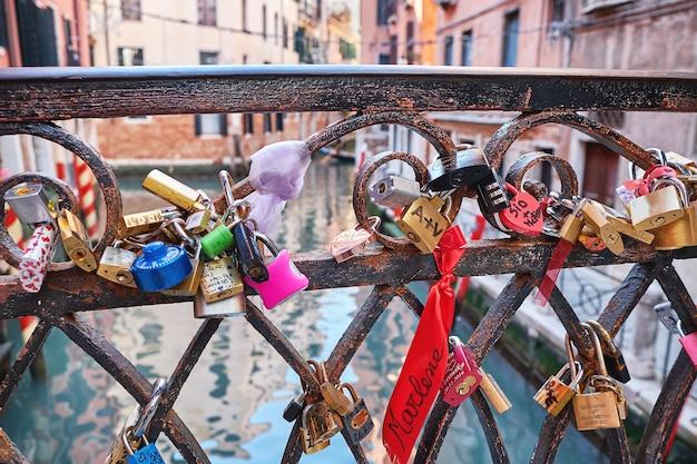 Hangsloten op de brug in venetië italië