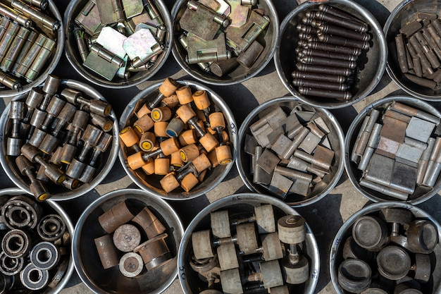 Hangt, lagers en andere bevestigingsmaterialen in doos, close-up, bovenaanzicht