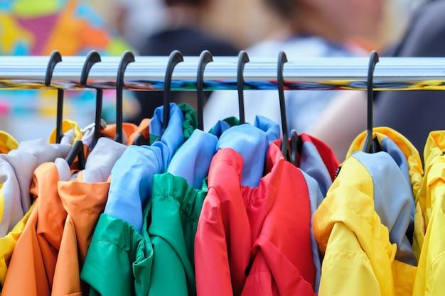 Hangtas met trendy kleurrijke herfst lentejassen in de winkel
