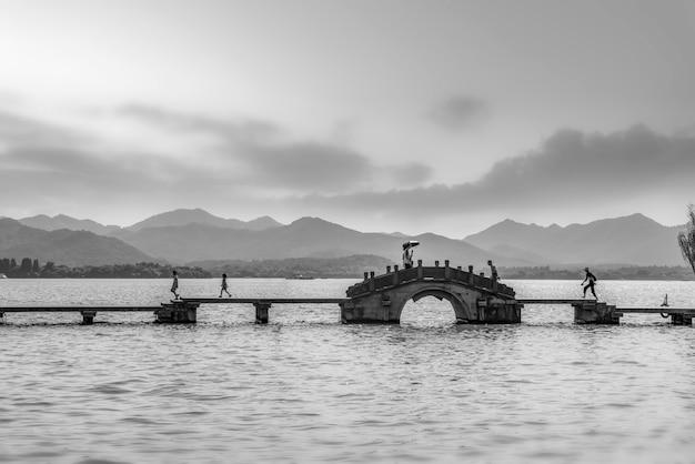 Hangzhou west lake stenen brug en natuurlijk landschap