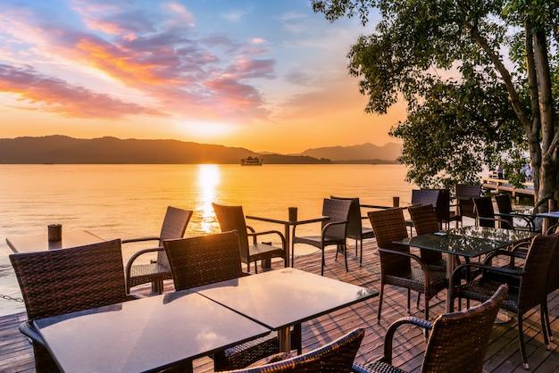 Hangzhou west lake zonsondergang en openlucht vrije tijd tafels en stoelen