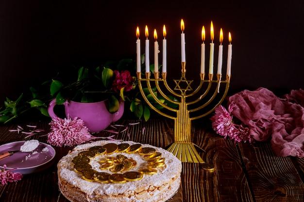 Hanukkah cake met chocolade munten op de top en menora