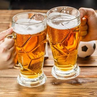 Hapjes en bier op tafel voor het voetbalfeest en kijk naar de voetbalwedstrijd.